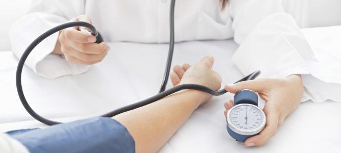elsősegély a magas vérnyomásban és annak okaiban