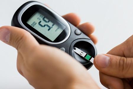 megnövekedett vércukorszint és magas vérnyomás)