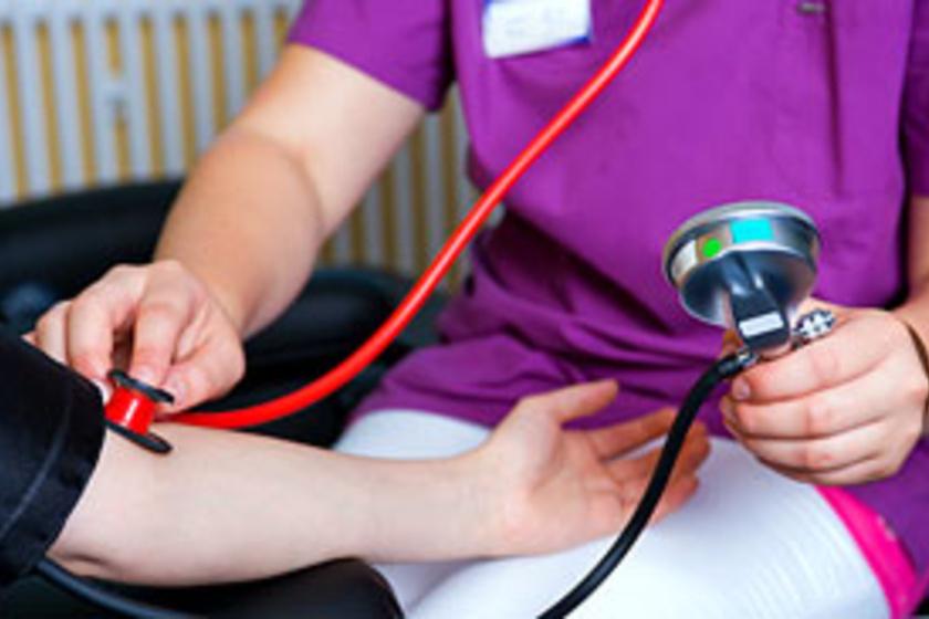 a nők magas vérnyomásának első jelei mit kell tenni