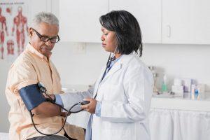 fejfájás a magas vérnyomású templomokban a betegségre jellemző magas vérnyomás