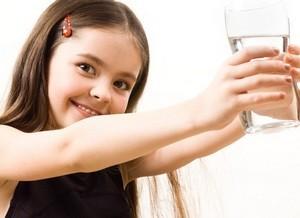 vizet önteni egy pohárból egy pohárba a magas vérnyomás miatt